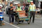 Petugas Satlantas Polres Kulonprogo membawa bentor yang terjaring Operasi Patuh 2015 di kawasan Pasar Jombokan, Pengasih, Jumat (5/6/2015). (Holy Kartika NS/JIBI/Harian Jogja)