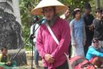 SENIMAN NGAWI : Pria Ini Ciptakan Mitologi Baru Demi Perjuangan Kemanusiaan