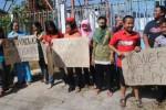 Puluhan warga Kelurahan Sidoharjo, Kecamatan Sidoharjo, berunjuk rasa menuntut pembongkaran tower atau menara telekomunikasi di wilayah mereka, Jumat (26/6/2015). (Muhammad Ismail/JIBI/Solopos)