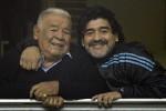 Diego Maradona (kanan) bersama ayahnya Don Diego (kiri). (theguardian.com)