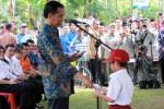 Presiden Joko Widodo menyerahkan Kartu Indosenia Pintar (KIP) kepada pelajar Blitar, Senin (1/6/2015). (JIBI/Solopos/Antara/Irfan Anshori)