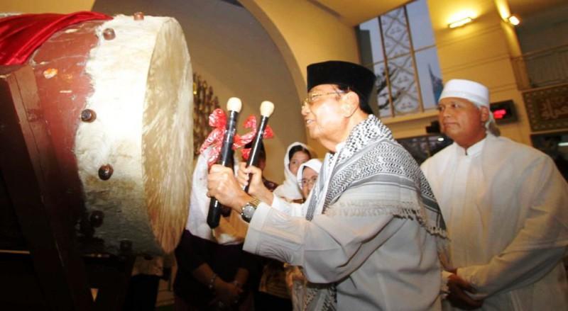 Chairman and President Sahid Group Sukamdani Sahid Gitosardjono pukul bedug tandai Ramadan 2015, di Jakarta, Kamis (18/6/2015). (Nurul Hidayat/JIBI/Bisnis)