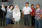 Presdir PT Aksara Grafika Makassar Lulu Terianto (kedua kiri) berbincang dengan Direktur Keuangan PT AGM Suhartati Tanjung (ketiga kiri), Direktur SDM dan Umum PT AGM Shintawati Putri (kiri), Direktur Pemasaran PT AGM M Noor Korompot (kanan), Manajer Perwakilan Bisnis Indonesia Makassar Donald Banjarnahor (kedua kanan) dan Direktur Produksi PT AGM Yoseph Bayu Widigdo saat meninjau percetakan PT Aksara Grafika Makassar (AGM) di Makassar, Minggu (28/6/2015). (Paulus Tandi Bone/JIBI/Bisnis)