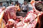 Kapolres Tulungagung AKBP FX Bhirawa Braja Paksa (kanan) memeriksa daging sapi gelonggongan di halaman Mapolres Tulungagung, Jawa Timur, Senin (1/6/2015). (JIBI/Solopos/Antara/Destyan Sujarwoko)