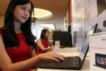 Seorang sales promotion girl mengoperasikan perangkat Lenovo saat peluncuran produk Lenovo XClarity di Jakarta, Selasa (9/6/2015). (Dwi Prasetya/JIBI/Bisnis)