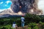 Material vulkanis yang menyebur akibat Gunung Sinabung meletus tampak jelas terlihat dari Kecamatan Simpang Empat, Karo, Sumatra Utara, Jumat (19/6/2015). (JIBI/Solopos/Antara/Endro Lewa)