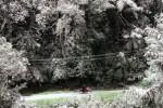 Pengendara melintas di jalan yang tertutup abu vulkanik Sinabung, Minggu (28/6/2015). (JIBI/Solopos/Antara/Irsan Mulyadi)