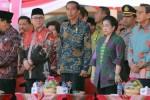 Presiden Joko Widodo bersama dengan sejumlah tokoh nasional dalam upacara peringatan 70 tahun lahirnya Pancasila di Alun-Alun Kota Blitar, Senin (1/6/2015). (JIBI/Solopos/Antara/Irfan Anshori)