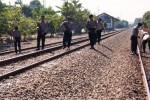 Polisi Karanganyar berpatroli di jalur rel kereta api di Jaten, Selasa (30/6/2015). (Sunaryo Haryo Bayu/JIBI/Solopos)