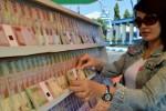 Penjual jasa penukaran uang menata uang baru di seputaran Alun-Alun Kota Madiun, Sabtu (27/6/2015). (JIBI/Solopos/Antara/Siswowidodo)