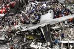 Puing pesawat Hercules C-130 yang jatuh di Jl. Jamin Ginting, Medan, Sumatra Utara, Selasa (30/6/2015). (JIBI/Solopos/Reuters/Roni Bintang
