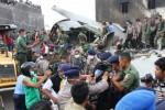 Petugas gabungan mengangkat kantong jenazah korban pesawat Hercules C-130 yang jatuh di Jl. Jamin Ginting, Medan, Sumatra Utara, Selasa (30/6/2015). (JIBI/Solopos/Antara/Irsan Mulyadi)