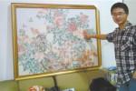 He Peiqi memperlihatkan mozaik yang dibuatnya menggunakan ribuan uang kertas (Shanghaiist.com)