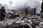 Petugas gabungan berusaha memadamkan api pesawat Hercules yang jatuh di Jl. Jamin Ginting, Medan, Sumatra Utara, Selasa (30/6/2015). (JIBI/Solopos/Antara/Irsan Mulyadi)