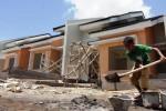 Ilustrasi buruh bangunan mengaduk semen di proyek pembangunan perumahan (Paulus Tandi Bone/JIBI/Bisnis)