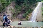 Sejumlah pengunjung menikmati segarnya air di kolam-kolam alami di kawasan wisata Air Terjun Kedung Pedut, Girimulyo, Jumat (5/4/2015). (Holy Kartika N.S/Harian Jogja)