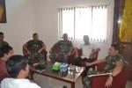 Komandan Grup 2 Kopassus Kandang Menjangan, Kolonel Inf Rafael Granada Baay (kanan) berbincang dengan rombongan Solopos di markas Grup 2 Kopassus Kandang Menjangan, Selasa (22/6/2015). (Bony EW/JIBI/Solopos)