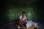 Li Rongjun di dalam bangunan buatannya yang terbuat dari ribuan botol bir (Shanghaiist.com)