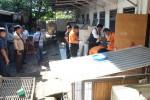 Petugas Laboratorium Forensik (Labfor) dan Indonesia Automatic Fingerprints Identification System (Inafis) Polri melakukan proses identifikasi di kawasan rumah Angeline di Jalan Sedap Malam, Kota Denpasar, Bali, Kamis (11/6). Identifikasi dan pra-rekonstruksi tersebut dilakukan untuk mengetahui proses tewasnya Angeline (8). (JIBI/Solopos/Antara/Fikri Yusuf)