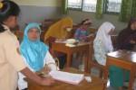 Sejumlah orang tua siswa sibuk mengisi formulir pendaftaran peserta didik baru (PPDB) di MTsN 1 Wonogiri saat mendaftarkan anak mereka ke sekolah tersebut, Sabtu (20/6/2015). (Trianto Hery Suryono/JIBI/Solopos)