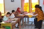 Sejumlah calon siswa baru mengisi blangko pendaftaran penerimaan peserta didik baru (PPDB) online di SMPN 1 Sukoharjo, Rabu (24/6/2015). (Bony Eko Wicaksono/JIBI/Solopos)