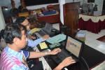 Petugas Dinas Pendidikan (Disdik) Sukoharjo menginput data pendaftaran calon siswa baru di aula kantor setempat, Selasa (23/6/2015). (Bony EKo Wicaksono/JIBI/Solopos)