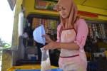 Pedagang janggelan dan kolang-kaling, Ninik, mengemas kolang-kaling ke dalam plastik di Pasar Ir. Soekarno, Rabu (24/6/2015). (Bony Eko Wicaksono/JIBI/Solopos)