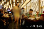 Pelayan restoran menggunakan bikin saat melayani pelanggan (Shanghaiist.com)
