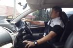 Pembalap Rifat Sungkar memeragakan posisi mengemudi yang aman. (Okezone.com)