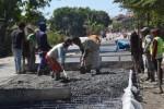 Pekerja mengecor ruas jalan Sukoharjo-Tawangsari yang menjadi jalur alternatif arus mudik Lebaran, Senin (29/6/2015). Pengerjaan pembangunan jalan dikebut untuk menghadapi arus mudik Lebaran. (Bony Eko Wicaksono/JIBI/Solopos)