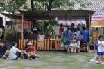 Pengunjung nongkrong di Hello Food Fest (Mahardini Nur Afifah/JIBI/Solopos)