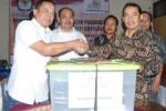 Pasangan Cahyo Sumarso-Yakni Anwar menyerahkan syarat dukungan pencalonan independen kepada Komisi Pemilihan Umum (KPU) Boyolali, di Kantor KPU Boyolali, Senin (15/6/2015). (Hijriyah Al Wakhidah/JIBI/Solopos)
