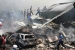 Petugas gabungan berusaha memadamkan api pesawat Hercules C-130 yang jatuh, di Jl. Jamin Ginting, Medan, Sumatera Utara, Selasa (30/6/2015). (JIBI/Solopos/Antara/Irsan Mulyadi)