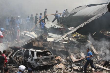 Petugas gabungan berusaha memadamkan api pesawat Hercules yang jatuh, di Jl Jamin Ginting, Medan, Sumatra Utara, Selasa (30/6/2015). (JIBI/Solopos/Antara/Irsan Mulyadi)