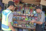 Polisi menyita ratusan petasan di salah satu toko mainan anak-anak di Pasar Boyolali Kota, saat operasi pekat, Selasa (23/6/2015). (Hijriah AW/JIBI/Solopos)
