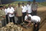 Bupati Karanganyar, Juliyatmono (kanan), didampingi Wakil Bupati, Rohadi Widodo (kedua dari kanan), meletakkan batu pertama pembangunan rumah program relokasi korban bencana tanah longsor. Kegiatan tersebut dilakukan di Guyon, Tengklik, Tawangmangu, Rabu (3/6/2015). (Bayu Jatmiko Adi/JIBI/Solopos)