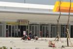 Sejumlah pekerja menyelesaikan pekerjaan di kawasan Sentra Niaga, Solo Baru, Sukoharjo, Jumat (19/6/2015). Diperkirakan 80% kios yang ada di kawasan tersebut sudah bisa melayani konsumen. (Shoqib Angriawan/JIBI/Solopos)