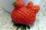 Stroberi berbentuk ayam (Dailymail.co.uk)