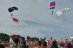 Dua penerjun payung hendak mendarat di Alun-alun Kabupaten Boyolali, Jumat (5/6/2015). Sebanyak 15 penerjun payung dari TNI AU Lanud Adi Soemarmo dan Federasi Aerosport Indonesia (FASI) beraksi meramaikan HUT ke-168 Boyolali. (Hijriyah Al Wakhidah/JIBI/Solopos)