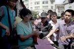Yang Xiaoyun saat membeli anjing di Festival Yulin (Huffington Post)