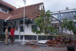 BANGUNAN ROBOH : Laboratorium DKK Solo Ambruk, 3 Pegawai Terluka