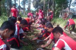 Anggota pramuka SMK Pancasila 8 Slogohimo membersihkan rumput di jalan masuk Wisata Air Terjun Girimanik, Desa Setren, Kecamatan Slogohimo, Kabupaten Wonogiri. (Istimewa)
