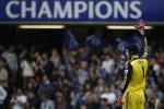 Kiper Chelsea Petr Chech melambaikan tangan kepada fans. Musim depan dia sudah di Arsenal. Ist/dtc