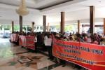 Puluhan warga Giriwoyo yang tergabung dalam paguyuban Aja Khawatir menggelar aksi ujuk rasa menolak pembangunan babrik semen dan penambangan di kantor Pemkab Wonogiri, Rabu (3/6). (JIBI/Solopos/Muhammad Ismail)