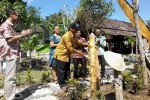 Saryanto didampingi GKR Mangkubumi memukul kentongan saat launching Kampung Desa Wisata Jelok Resto, Jumat (12/6/2015).(JIBI/Harian Jogja/Uli Febriarni)
