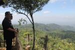 Wakil Bupati Kuloprogo menikmati keindahan pemandangan di Puncak Gunung Lanang, Dusun Sibolong, Desa Jatimulyo, Kecamatan Girimulyo, pada Senin (15/6/2015) pekan lalu. (JIBI/Harian Jogja/Rima Sekarani I.N.)