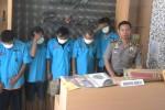 Lima pelaku judi dadu diamankan petugas Polres Jaten dari sebuah rumah di Serut, Ngringo, Jaten, Minggu (28/6/2015). Polisi juga mengamankan barang bukti berupa seperangkat alat judi dadu dan uang tunai Rp770.000.  (Bayu Jatmiko Adi/JIBI/Solopos)