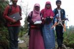 Empat orang anggota tim mahasiswa Fakultas Sains dan Matematika Universitas Diponegoro (Undip) Semarang dengan berpose dengan pesawat tanpa awak Aquacopter buatan mereka.(JIBI/Solopos/Insetyonoto)