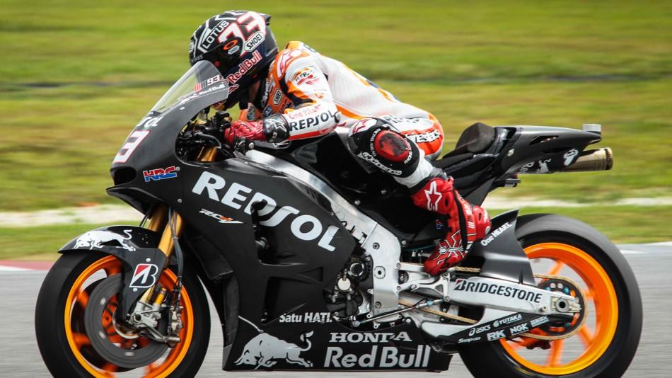 Marquez sedang menggeber motor balapnya.