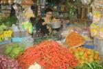 Pedagang sembako di Pasar Wonogiri sibuk melayani pembeli, Minggu (21/6/2015). Sejumlah harga kebutuhan pokok di Wonogiri pada awal pekan puasa mulai merangkak naik. Kenaikan tertinggi pada komoditas cabai dan daging sapi. (JIBI/Solopos/Muhammad Ismail)